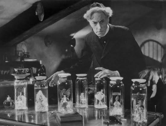 Ernest Thesinger as Dr. Pretorius with his humonculi